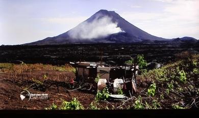 Bildschirmschnappschuss- Vue sur la coulée de lave refroidi du Pico du Fogo, extrait du film L'ILE DU FEU de l?emission «  Cap-Vert, les îles aux trésors » du 24.04.2015 »