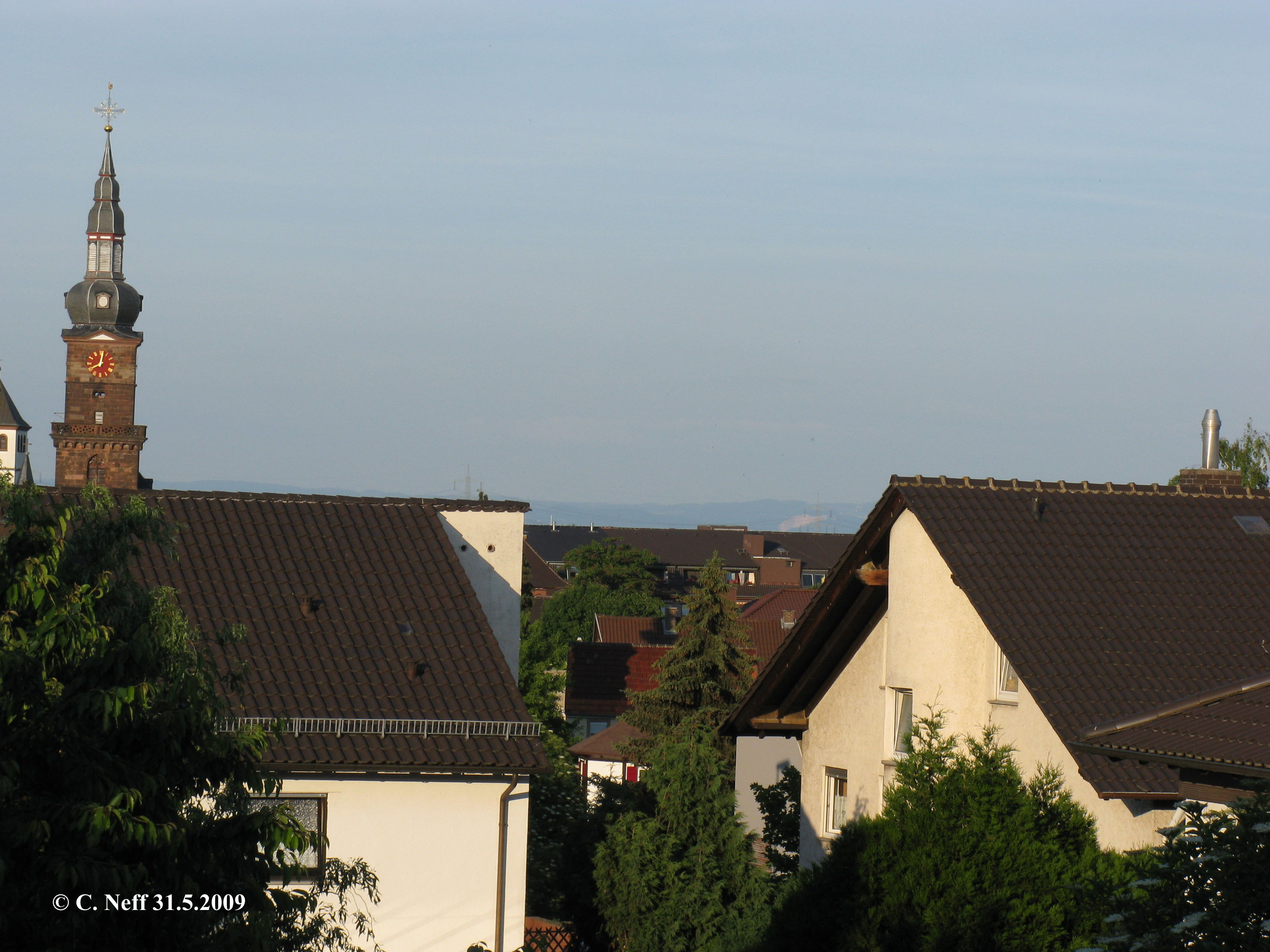 abendlicher Blick über die Dächer von Grünstadt auf den Odenwald 31.5.2009