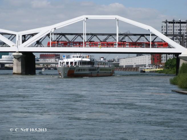Konrad-Adenauer Brücke Train & Bateau