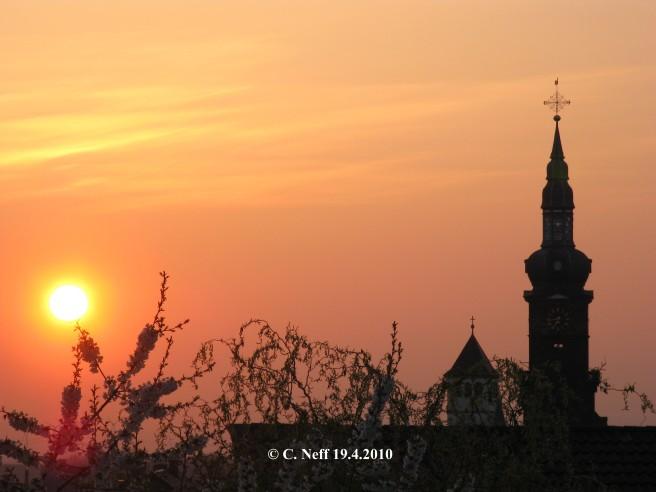 Sonnenaufgang über den Dächern von Grünstadt 19.4.2010