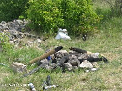 Bierflaschen, Partyreste und Vandalismus auf dem Grünstadter Berg Mai 2011